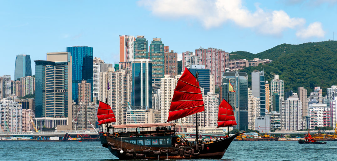 Junk boat in Hong Kong © danielvfung/GettyImages