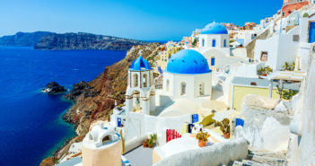 Oia (Ia) village on Santorini island, Greece © mbbirdy/GettyImages