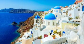 Oia (Ia) village on Santorini island, Greece © mbbirdy/GettyImages